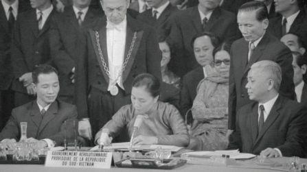 Bà Nguyễn Thị Bình ký văn bản Hiệp định Paris 1973 trong cương vị Bộ trưởng Ngoại giao CP CMLT Nam Việt Nam. Ảnh: Getty Images