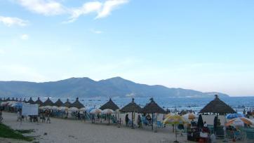 Bãi biển Mỹ Khê ở Đà Nẵng, một trong hai thành phố thu hút nhiều du khách nhất. Ảnh: Wikipedia.