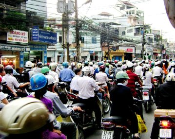 """Bạt ngàn xe máy ở Sài Gòn, ai """"huỡn"""" đâu mà đi tìm xe """"chính chủ."""" (Hình: Văn Lang/Người Việt)"""