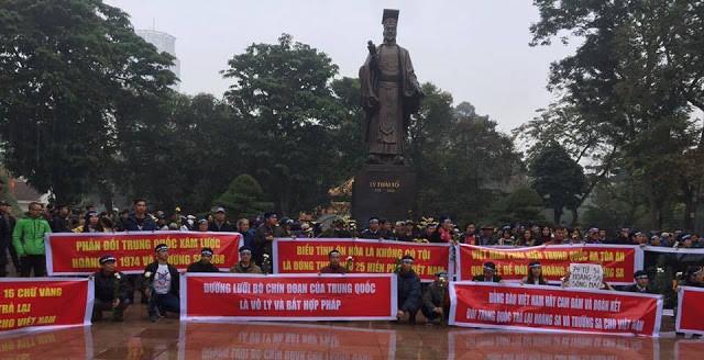 Người dân tưởng niệm các sĩ tử hy sinh trong trận Hoàng Sa năm 1974. Nguồn: internet