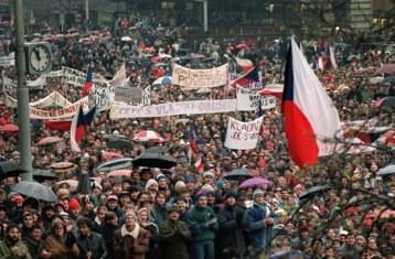 Hàng chục ngàn sinh viên Tiệp Khắc biểu tình đòi đa đảng và chấm dứt chế độ Cộng sản, họ đã được sư hỗ trợ của phong trào bất đồng chính kiến từ đó dẫn đến sự sụp đổ của chủ nghĩa cộng sản vào ngày 10 tháng 12, 1989 ở Tiệp Khắc. Ảnh: AFP