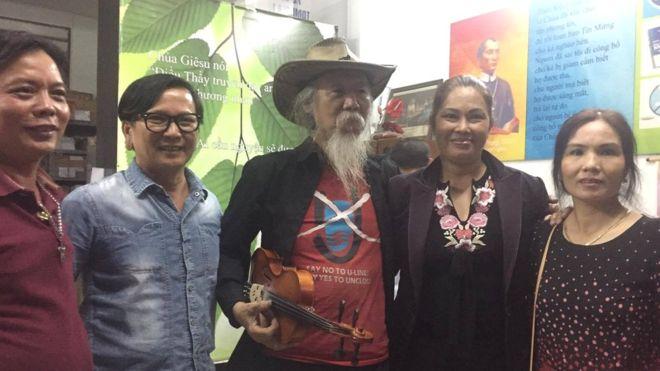 Nhà hoạt động Bùi Hằng (thứ hai, từ phải) về tới Nhà thờ Kỳ Đồng ở Quận Ba, TP. Hồ Chí Minh, tối ngày 11/2/2017. FB Hoàng Dũng