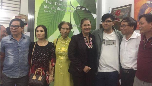 Hằng chục người đã tiếp đón bà Bùi Hằng khi bà ra tù và trở về tới Sài Gòn. FB Hoàng Dzũng