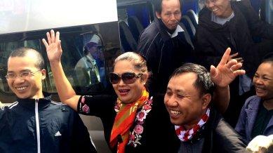 Bà Bùi Thị Minh Hằng (giữa) vẫy tay chào đón trong nụ cười hội ngộ của tất cả anh em bạn bè. (Hình: Nhật Bình/Người Việt)