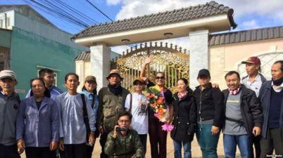 Bà Bùi Thị Minh Hằng (người cầm hoa) và những người ủng hộ bà khi bà vừa mãn hạn tù, ngày 11/2/2017 (FB Phaolo Hoang)