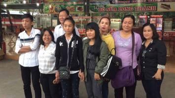 Chị Chiêm Thị Tường Mạnh (áo vàng) và con cùng 1 số người hoạt động Sài Gòn đi đón Đoàn Huy Chương. Ảnh: DL