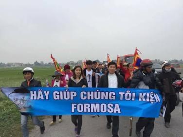 Người dân Hà Tĩnh đi kiện Formosa. Ảnh: internet