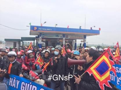 Người dân GX Song Ngọc nộp đơn khởi kiện Formosa. Ảnh: TMCNN