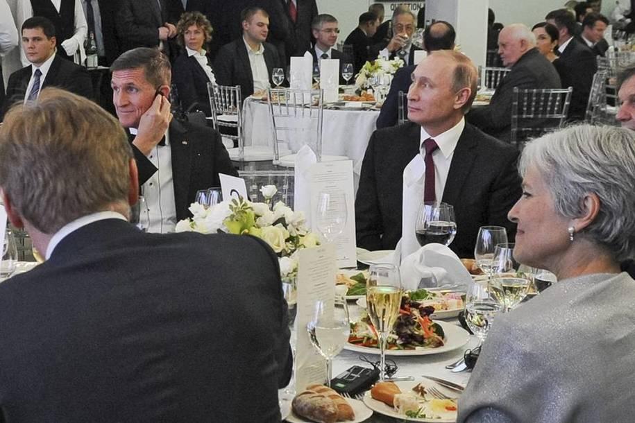 Michael Flyn (trái) ngồi cạnh Vladimir Putin tại một bữa tiệc tối ở Nga năm 2015. Ảnh: internet