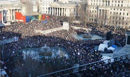 Hàng ngàn người dân tập họp ở quảng trường Trafalgar, Luân Đôn chống Donald Trump. Ảnh: Daily Mail.