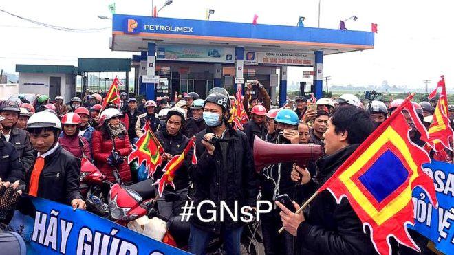 Hằng trăm người dân ở giáo xứ Song Ngọc, thuộc giáo phận Vinh, tỉnh Nghệ An xuống đường đòi kiện doanh nghiệp Formosa hôm 14/2/2017.