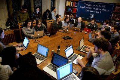 Nhóm sinh viên luật Yale đang làm việc vào thứ Hai vừa qua để chống lại lệnh cấm nhập cảnh của TT Trump. Ảnh: Jessica Hill for The New York Times.