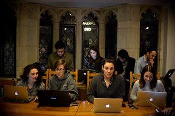 Nhóm sinh viên làm việc dưới tầng hầm của một toà nhà trong khuôn viên trường Luật Yale. Ảnh: Yale Law School.