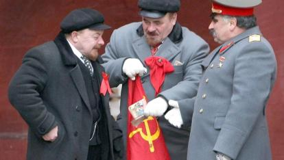 Đóng giả Lénine và Staline phục vụ du khách tại Quảng trường Đỏ. Ảnh : Getty