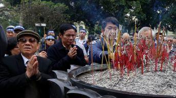 Người dân tụ tập trước tượng đài vua Lý Thái Tổ ở Hà Nội để tưởng niệm cuộc chiến tranh biên giới với Trung Quốc 38 năm trước, ngày 17/2/2017. Ảnh: AP