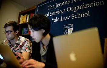 """My Khanh và các bạn đồng môn trong """"phòng chiến sự"""". Ảnh: Yale Law School."""