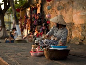 Một chị phụ nữ với gánh hàng rong. Nguồn: Trịnh Kim Tiến/ internet