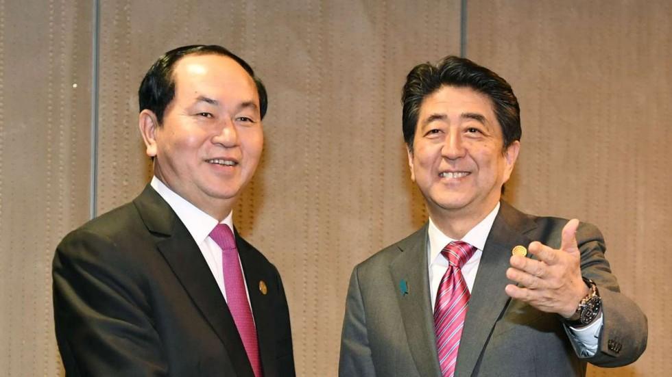 CTN Trần Đại Quang và TT Nhật Shinzo Abe tại Lima tháng 11/2016. Photo: Kyodo