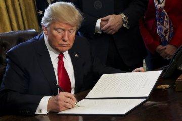 Tổng Thống Donald Trump ký lệnh hành pháp tại Tòa Bạch Ốc. (Hình: Getty Images/Pool)
