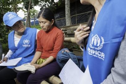 Nhân viên UNHCR ở Thái Lan đang trợ giúp một người tị nạn. Ảnh chỉ có tính chất minh hoạ. Nguồn: UNHCR.