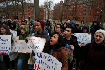 Sinh viên trường ĐH Harvard xuống đường biểu tình chống Trump. Nguồn: Jessica Rinaldi — The Boston Globe/Getty Images