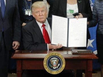 Trump ký xong sắc lệnh, đưa ra cho các nhà báo chụp ảnh. Nguồn: internet