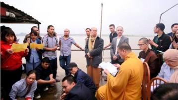 Thượng tọa Thích Chân Quang chủ trì lễ phóng sinh hôm 5/2. Nguồn: thichchanquang.com