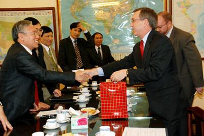 Tướng Nguyễn Văn Hưởng và Scot Marciel, Trợ lý Ngoại trưởng Hoa Kỳ. Ảnh: internet