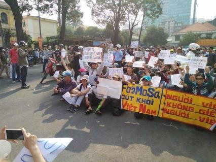 Hình ảnh biểu tình hôm qua ở Saigon. Nguồn: FB Nguyễn Hồng.