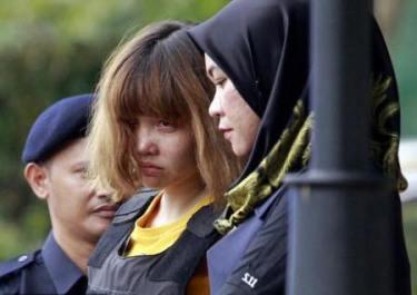Đoàn Thị Hương mang áo chống đạn khi ra tòa ở Malaysia hôm 1/3 vừa qua. Ảnh: Reuters.