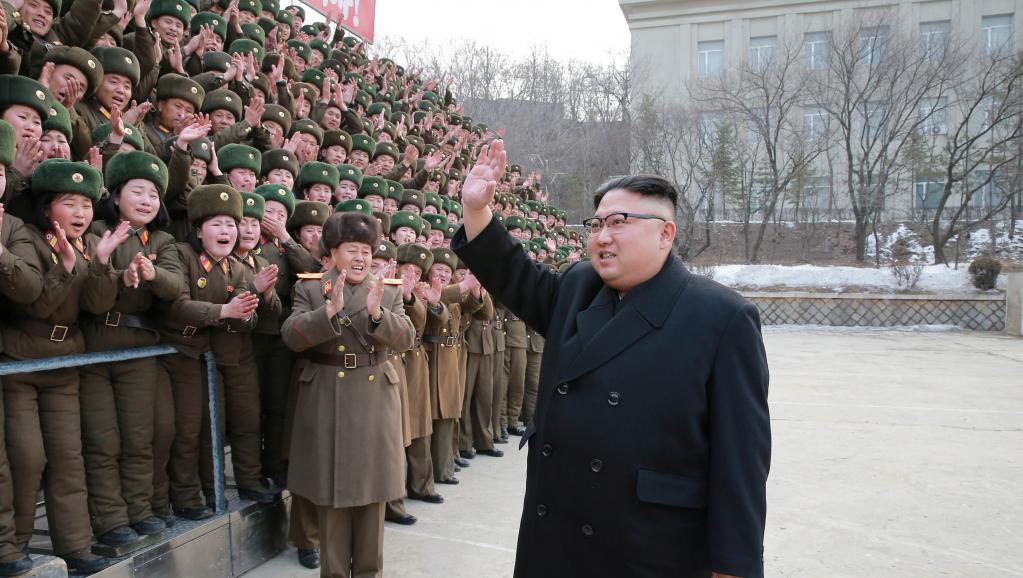 Nhà lãnh đạo Bắc Triều Tiên Kim Jong Un thăm đơn vị 966 của quân đội Nhân Dân Bắc Triều Tiên. Ảnh do KCNA công bố ngày 01/03/2017.KCNA/via REUTERS