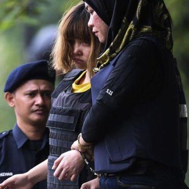 Đoàn Thị Hương mang áo chống đạn bị áp tải ra tòa ở Malaysia hôm 1/03. Ảnh: Getty Images.
