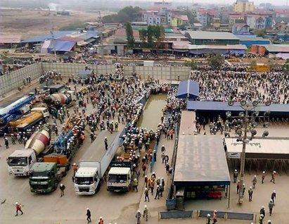 Hiện trường vụ bạo động xảy ra vào ngày 28 Tháng Hai tại khu công nghiệp Yên Phong. (Hình: Otofun)