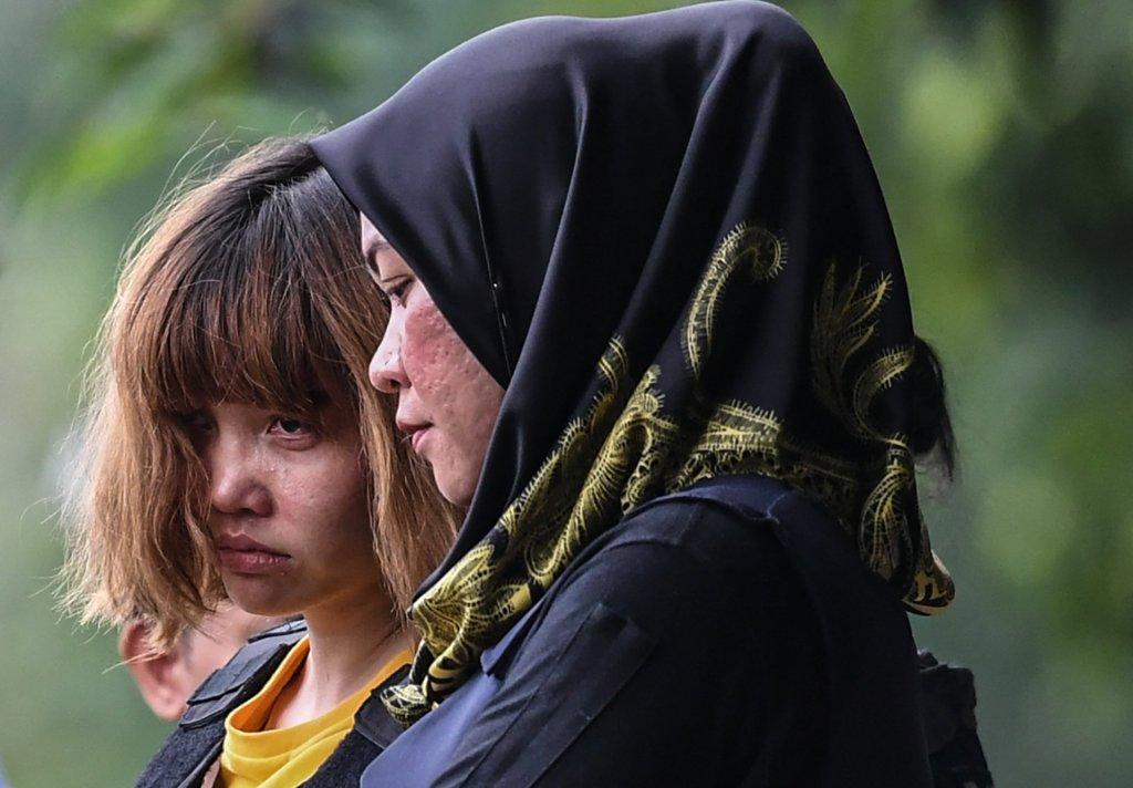 Đoàn Thị Hương (trái) được một nữ cảnh sát đi kèm khi rời tòa án Malaysia hôm 1 Tháng Ba 2017 vì bị truy tố tội giết Kim Yong-nam, anh cùng cha khác mẹ của nhà độc tài Bắc Hàn Kim Yong-un. (Hình: Getty Images)