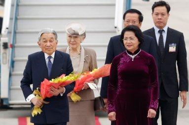 Phó Chủ tịch nhà nước CSVN Đặng Thị Ngọc Thịnh ra đón Nhật Hoàng và Hoàng Hậu tại phi trường Nội Bài, Hà Nội. Nguồn: internet
