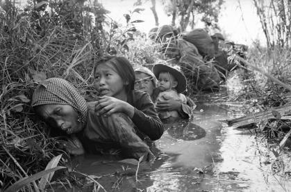Hình ảnh phụ nữ và trẻ em Việt Nam trong chiến tranh. Nguồn: báo NYT.