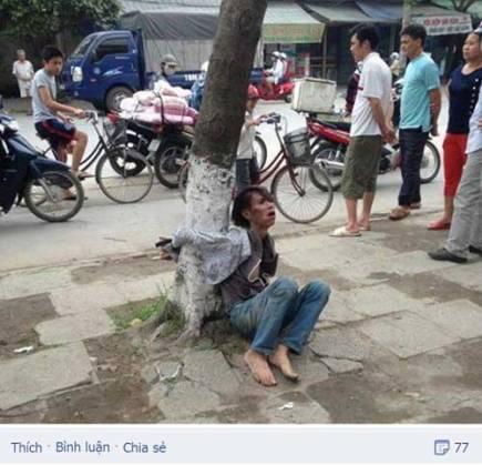 Image result for Người phụ nữ bị trói ở gốc cây và đám đông vô cảm.Ảnh: FB