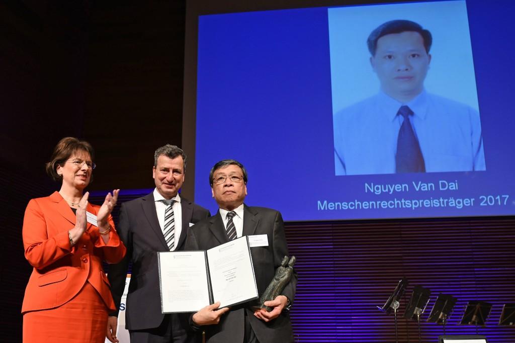 Từ trái sang: bà Dân biểu Quốc hội CHLB Đức Marie-Luise Dött, ông Chủ tịch Liên đoàn Thẩm phán Đức Jens Gnisa và ông Vũ Quốc Dụng – người đại diện của LS Nguyễn Văn Đài